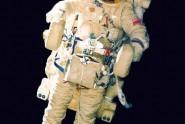 """U februaru 1990. kosmonauti A. Viktorenko i A. Serebrov su u kosmosu testirali uređaj СПК 21КС, obletevši njime čitavu stanicu """"Мир"""". Avaj, uređaj, od strane novinara nazvan """"kosmički motocikl"""", pokazao se kao prilično neudoban. Po rečima Serebrova, """"ukoliko se kosmonaut čvrsto držao za komande, onda ništa nije mogao da uradi sa teretom, tako da je korišćenje СПК za transport bio nemoguć ..."""""""